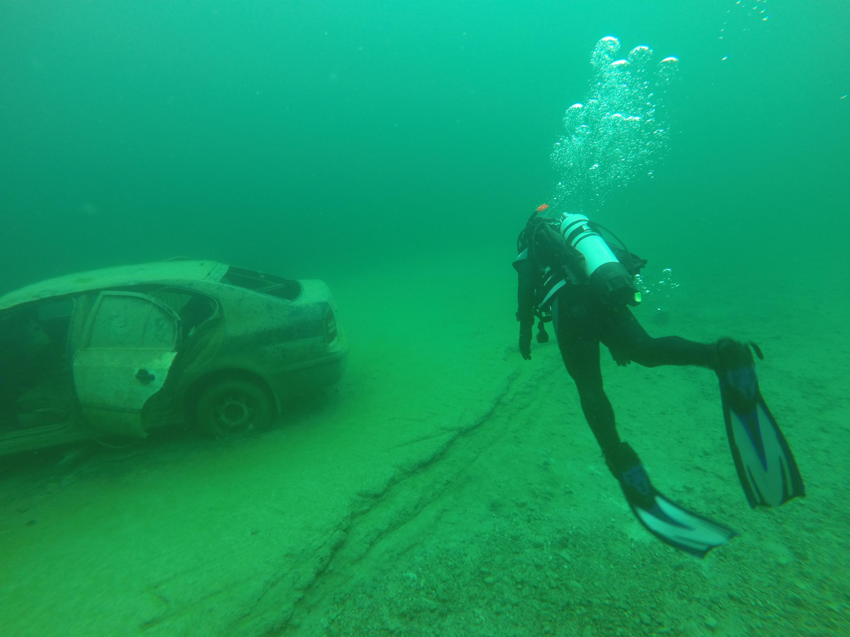zdjecia nurkowe zakrzówek, nurek przy zatopionym samochodzie